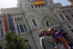 El Ayuntamiento desplaza la bandera gay en su fachada para colocar la española