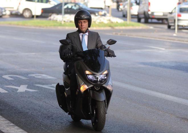Martínez-Almeida, en su moto.