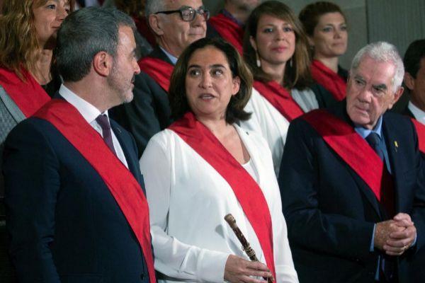 GRAF9173. BARCELONA.- Los líderes de los partidos municipales, Jaume Collboni (i), Ada <HIT>Colau</HIT> (c), Ernest Maragall (d) posan para la fotografía con todos los ediles del consistorio, hoy sábado tras la sesión constitutiva del Ayuntamiento de Barcelona.