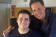 Martín, que se encuentra internado en el hospital, junto con su hermano.