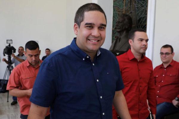 """CAR05. CARACAS (VENEZUELA).- Fotografía de archivo fechada el 8 de agosto de 2017 que muestra a <HIT>Nicolás</HIT> <HIT>Maduro</HIT> <HIT>Guerra</HIT> (c), hijo del presidente <HIT>Nicolás</HIT> <HIT>Maduro</HIT>, a su llegada para una sesión plenaria de la Asamblea Nacional Constituyente, en Caracas (Venezuela). El Gobierno de Estados Unidos impuso este viernes sanciones al hijo del presidente venezolano, <HIT>Nicolás</HIT> """"Nicolasito"""" Ernesto <HIT>Maduro</HIT> <HIT>Guerra</HIT>, a quien acusó de aprovecharse de la """"corrupción"""" instaurada por el Gobierno dirigido por su padre."""