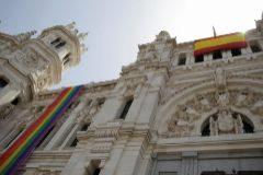 El Ayuntamiento de Madrid instala la bandera del Orgullo LGTBI.