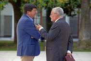 Juan Marín charla con Jesús Maeztu en el Parlamento de Andalucía en una imagen de archivo.