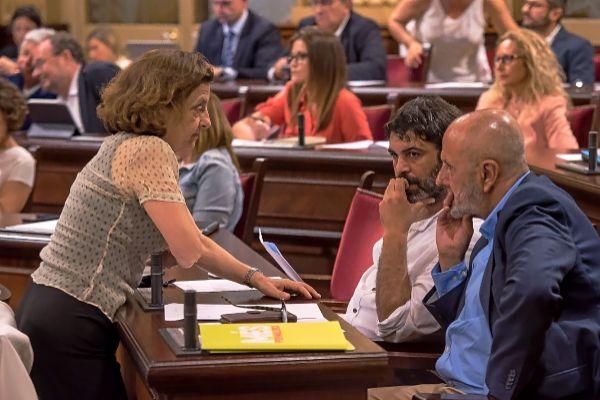 Fina Santiago, Miquel Ensenyat y Josep Ferrà, con cara de circunstancias el jueves en la segunda jornada del debate de investidura de Armengol.