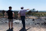 GRAFCAT1627. LLARDECANS (LLEIDA).- Unos vecinos observan los daños causados en la zona afectada por el incendio de la <HIT>Ribera</HIT> d'<HIT>Ebre</HIT>, que sigue descontrolado tras afectar desde anteayer más de 6.000 hectáreas.