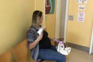 Una mujer se abanica en el centro de salud.