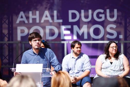 Lander Martínez, acompañado por varios parlamentarios vascos, durante su intervención en el acto celebrado en Vitoria.