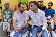 Toni Valero (izqda.) y Antonio Maíllo, durante la reunión de la coordinadora general de IU-CA que ha consumado el relevo.