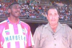 Jesús Gil junto a Adolfo 'Tren' Valencia en su presentación, en el Calderón