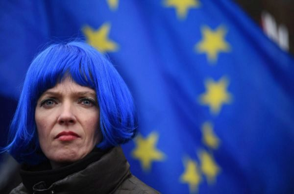 Una manifestante pro UE a las puertas del Parlamento británico.