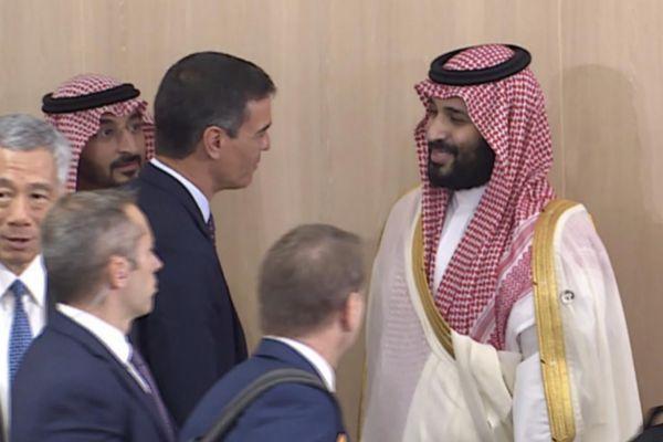El presidente del Gobierno, Pedro Sánchez, saluda al príncipe saudí, Mohamed Bin Salman, durante el G20 de Osaka (Japón).