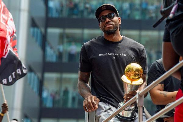 Leonard sostiene su trofeo MVP en la celebración de los Raptors.