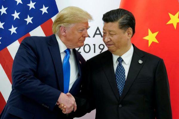 Saludo entre Donald Trump y Xi Jinping al comienzo de su reunión bilateral.
