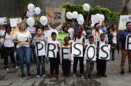 Un grupo de personas participa en una manifestación por la liberación de presos en Caracas.
