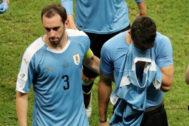 Godín consuela a Luis Suárez tras la eliminación de Uruguay.