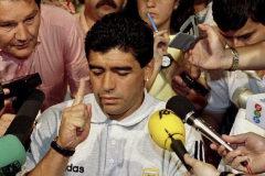 Maradona atiende a los medios tras su expulsión del Mundial.