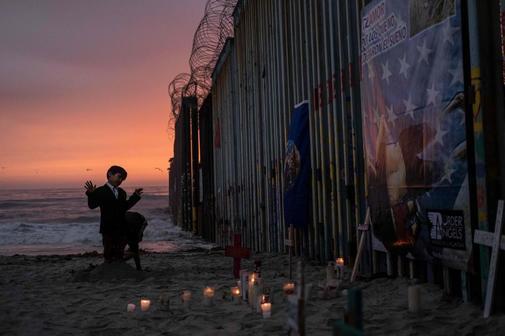 Un niño juega en la playa de Tijuana, en Baja California, zona fronteriza, en un evento en recuerdo de Óscar y Valeria, inmigrantes fallecidos en Río Bravo.