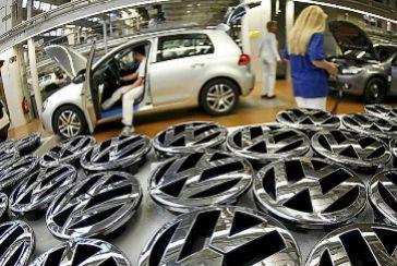 Trabajadores de la fábrica de Volkswagen en la cadena de montaje del coche Golf.