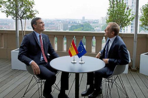 Pedro Sánchez y Donald Tusk, durante su encuentro en Bruselas