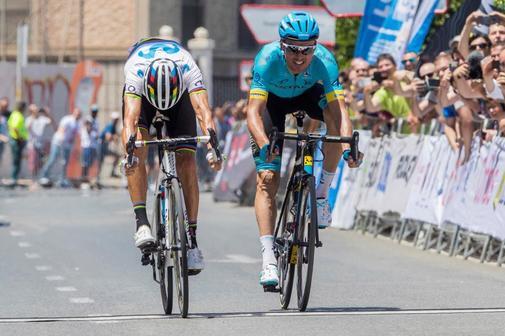 GRAF6759. MURCIA.- El ciclista murciano del equipo Movistar Team Alejandro <HIT>Valverde</HIT> (i) entra en meta por delante de Luis León (d) del equipo Astana, durante la prueba del Campeonato de España de Ciclismo, disputado este domingo en Murcia.