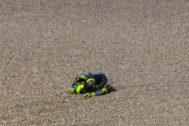 Rossi se lamenta de su caída, este domingo en Assen.