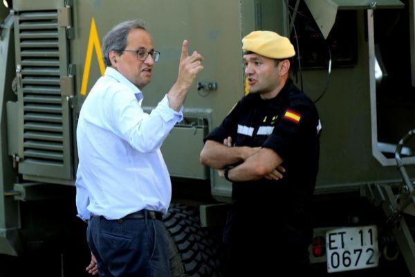 Quim Torra con un oficial de la Unidad Militar de Emergencias en Vinebre.