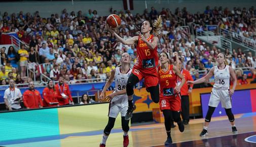 Anna Cruz anota ante Letonia.