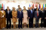 IvankaTrump, junto a su padre y presidente de EEUU, y al resto de mandatarios del G20 de Osaka (Japón).