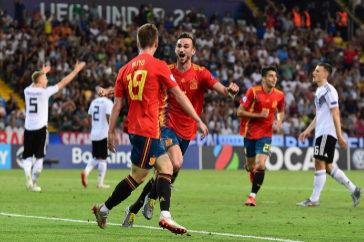 Dani Olmo y Fabián celebran uno de los goles de España contra Alemania.