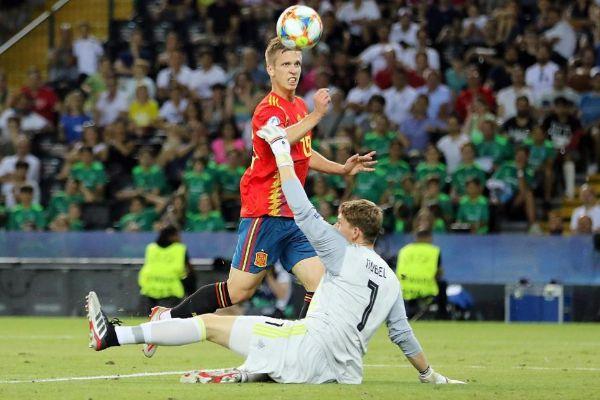 Dani Olmo anota el segundo gol de la final ante Alemania.
