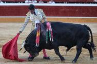 Encajado derechazo de Emilio de Justo con el quinto toro de Salvador Domecq.