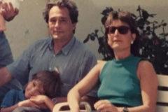 El pequeño Toni Roldán en el regazo de su padre, Santiago Roldán, y junto a su madre, Maria Antonia Monés