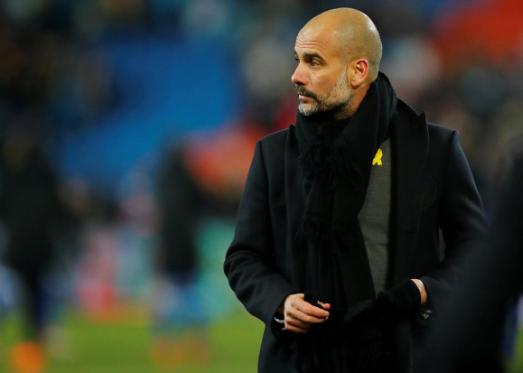 Guardiola, con el lazo amarillo, durante un partido en Basilea.