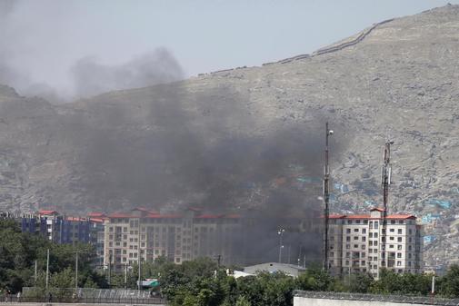 El humo se eleva en el lugar de la explosión y tiroteo en Kabul.