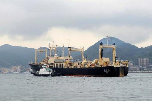 El buque nodriza Nisshin Maru abandona el puerto de Shimonoseki ara...