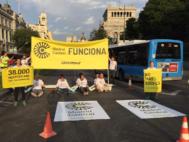 Activistas de Greenpeace, este lunes, en un acceso a Madrid Central.