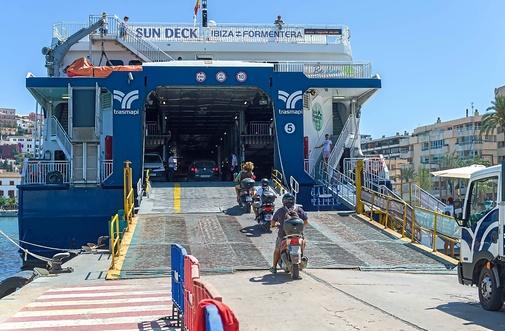 Viajeros con sus motocicletas embarcando en Ibiza en un ferry con destino a Formentera.