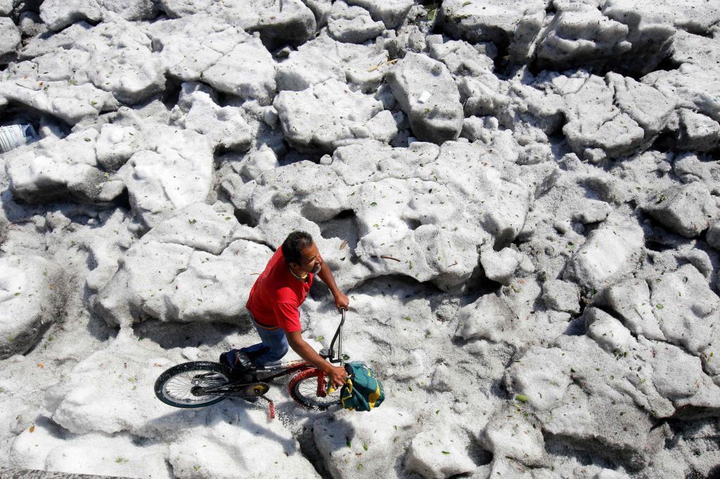 Una enorme granizada cayó el domingo sobre la ciudad de Guadalajara sorprendiendo a sus habitantes.
