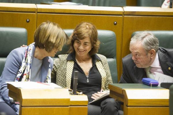 Cristina Uriarte, en el centro, en un pleno del Parlamento Vasco.