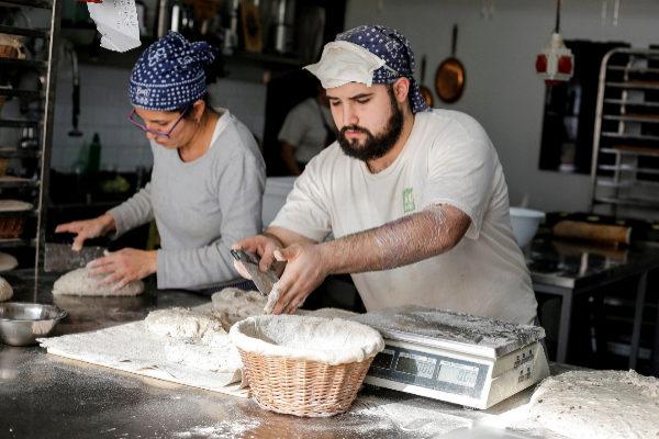 Dos panaderos hacen pan en el obrador del Horno de Babette (Madrid).