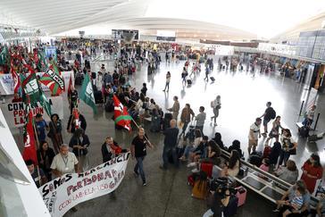 Seguimiento total y más de 20 vuelos cancelados en el primer día de huelga en Loiu