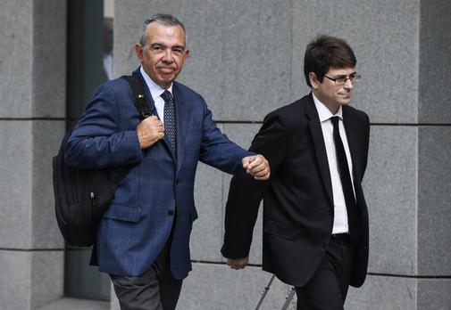 El ex director general de la CAM, Rodrigo López Abad (izqda.), a su...
