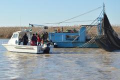 Inspectores de la Junta y el Seprona intevienen una de las estructuras empleadas para pescar la angula.