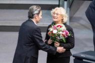 El líder en funciones del SPD, Rolf Muetzenich, felicita a la nueva ministra de Justicia alemana, Christine Lambrecht, en Berlín.