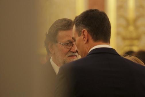 Mariano Rajoy y Pedro Sánchez, durante la charla que mantuvieron en la capilla ardiente de Alfredo Pérez Rubalcaba el pasado mayo.