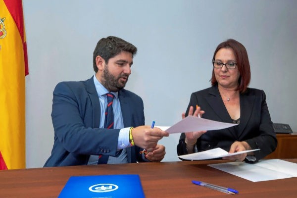 El candidato del PP en Murcia, Fernando López Miras, y la portavoz de...