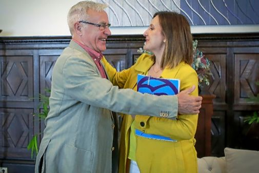 El alcalde de Valencia, Joan Ribó, abraza a la portavoz del PP, María José Catalá.