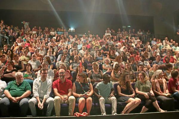 Unas 350 personas asistieron ayer noche a la asamblea de Més celebrada en el Teatro de Lloseta.