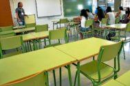 Un docente da clase a alumnos de ESOen un instituto de Mallorca.