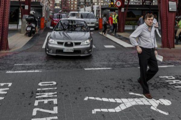 El silencio de marcha de un vehículo eléctrico puede pasar inadvertido para un peatón.
